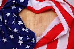 Liggande hjärta för amerikanska flaggan på träbakgrund Royaltyfri Foto