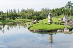 Liggande i den japanska trädgården. royaltyfri bild