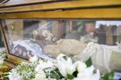 Liggande jesus christ helig vecka i Spanien, bilder av oskulder och beträffande arkivbild
