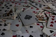 Liggande kort med det utvalda kortet ?verst som en jokerdam royaltyfri foto