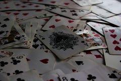 Liggande kort med det utvalda kortet ?verst som en jokerdam arkivbilder