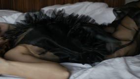 liggande kvinna för attraktivt underlag stock video