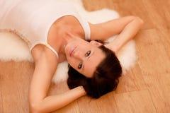 liggande kvinna för golv Royaltyfri Foto