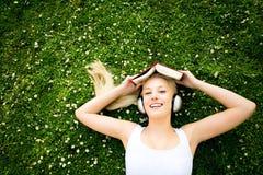 liggande kvinna för gräs Arkivfoto
