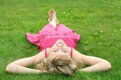 liggande kvinna för lawn fotografering för bildbyråer