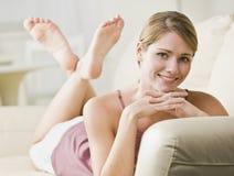 liggande kvinna för soffa royaltyfria bilder