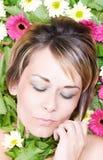 liggande kvinna för underlagblommor Royaltyfri Foto