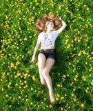 liggande kvinnabarn för härligt gräs Royaltyfri Bild