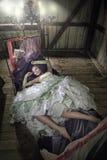 liggande kvinnor för skönhetunderlagklänning Arkivfoto