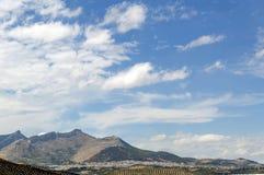 Liggande med berg arkivbild