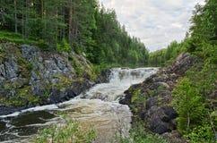 Liggande med en vattenfall Arkivfoton