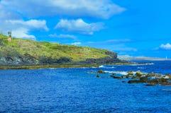 Liggande med rocks, skyen och havet. Arkivfoton