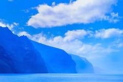 Liggande med rocks, skyen och havet. Royaltyfri Bild