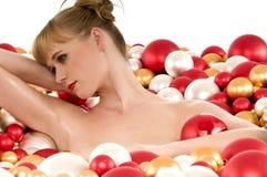 liggande naken kvinna för bollbadjul Royaltyfri Foto