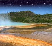 Liggande och Geysers av Yellowstone NP arkivfoto