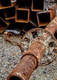 Liggande rostig metall för gamla rostiga hjälpmedel royaltyfri fotografi