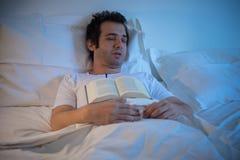 Liggande säng för man royaltyfri bild