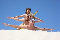 liggande sand för familjhänder upp Royaltyfri Foto