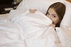 liggande sova kvinna för underlag Royaltyfri Foto