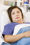 liggande tålmodig för underlagsjukhus Arkivbild