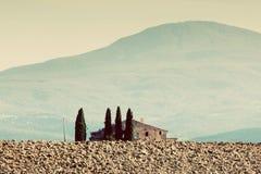 liggande tuscany Fält lantgårdhus bland cypressträd italy Royaltyfri Fotografi