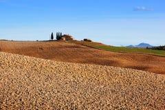 liggande tuscany Fält lantgårdhus bland cypressträd italy Fotografering för Bildbyråer