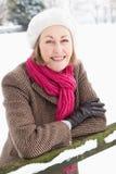 liggande utanför hög snöig plattform kvinna arkivbilder