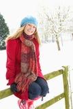 liggande utanför snöig plattform kvinna arkivbild
