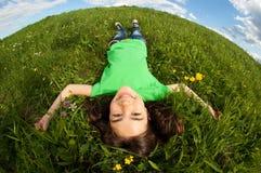 liggande utomhus- barn för gladlynt flicka Royaltyfri Fotografi