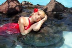 liggande vatten för härlig flicka Arkivbild