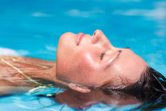 liggande vatten för kvinnlig Fotografering för Bildbyråer