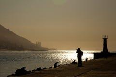liggandemanfotograf som fotograferar flodträ Royaltyfri Foto