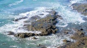 ligganden vaggar havet royaltyfri fotografi