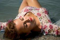 ligger ashore vattenkvinnan Royaltyfria Foton