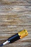 Ligger den guld- mikrofonen för kondensatorn på en trätabell med kopieringsutrymme musikaliskt tema Lekmanna- lägenhet fotografering för bildbyråer