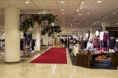 Ligh del árbol de navidad de las compras de la alameda de los grandes almacenes Foto de archivo libre de regalías
