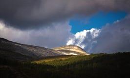 Ligh en las montañas Parque nacional de Trolheimen, Noruega fotos de archivo libres de regalías
