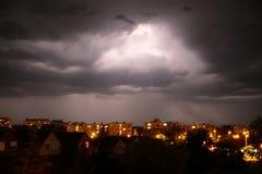 Lighning boven donkere wolken in onweersbui Stock Foto