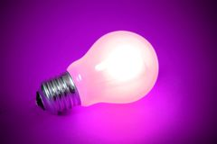 Light bulb isolated. Over a magenta background Royalty Free Stock Photography