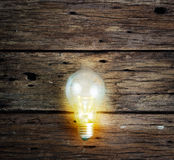 Light bulb on the wood wall, business concept Royalty Free Stock Photos