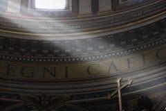 Lightbeams, das auf ein Kreuz fällt Lizenzfreie Stockbilder