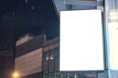 Lightbox在大厦的墙壁登上了在商业区在晚上 库存照片