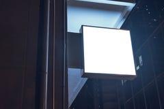 Lightbox在大厦的墙壁登上了在商业区在晚上 库存图片
