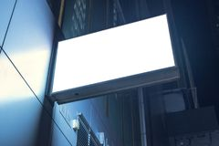 Lightbox在大厦的墙壁登上了在商业区在晚上 免版税库存照片