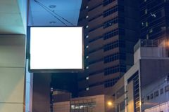 Lightbox在大厦的墙壁登上了在商业区在晚上 图库摄影