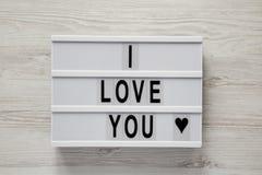 "Lightbox με το κείμενο ""σ' αγαπώ ""σε ένα άσπρο ξύλινο υπόβαθρο, τοπ άποψη Επίπεδος βάλτε, γενικά έξοδα Βαλεντίνος ` s ημέρα στις  στοκ εικόνες με δικαίωμα ελεύθερης χρήσης"