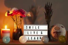 Lightbox, Blumen, Kerze und Inneneinrichtung mit inspirierend Mitteilung lizenzfreies stockfoto