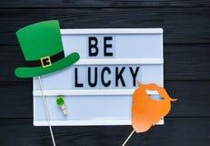 Lightbox con día feliz del St Patricks del título en fondo verde Fondo creativo al día del St Patricks Composición plana de la en imagenes de archivo
