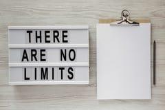 """Lightbox con testo """"là non è limiti """", lavagna per appunti con il foglio di carta e matita su una superficie di legno bianca, vis fotografia stock libera da diritti"""