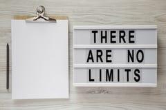 """Lightbox con testo """"là non è limiti """", lavagna per appunti con il foglio di carta e matita su una tavola di legno bianca, vista s fotografia stock"""